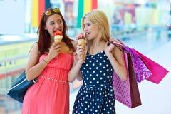 Deux filles avec la crême glacée Images stock