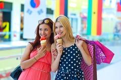 Deux filles avec la crême glacée Image libre de droits