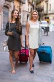 Deux filles avec le bagage à la rue Image stock