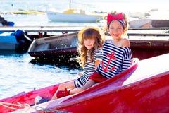 Deux filles avec le bateau Photos stock