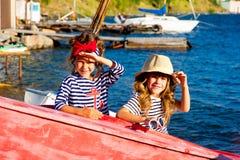 Deux filles avec le bateau Photos libres de droits