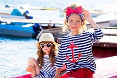Deux filles avec le bateau Image stock