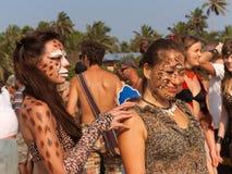 Deux filles avec le maquillage sur son visage dans les costumes avec le léopard impriment au festival annuel, plage d'Arambol, Goa Photo libre de droits