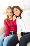 Deux filles avec le portable images stock
