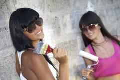 Deux filles avec le rouleau et le pinceau de peinture Photographie stock