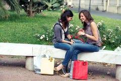 Deux filles avec les sacs colorés extérieurs Images stock