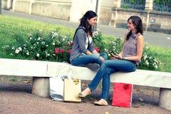 Deux filles avec les sacs colorés extérieurs Photos libres de droits