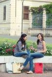 Deux filles avec les sacs colorés extérieurs Image libre de droits