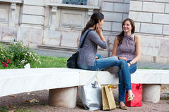 Deux filles avec les sacs colorés extérieurs Photo stock