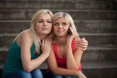 Deux filles avec les téléphones Image libre de droits