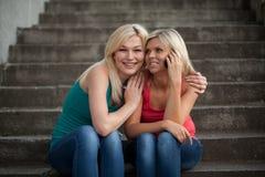 Deux filles avec les téléphones Photographie stock