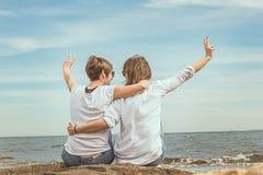 Deux filles avec leurs dos vers la mer Photos libres de droits