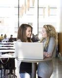 Deux filles avec un ordinateur Image libre de droits