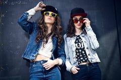 Deux filles ayant l'amusement avec des smartphones Photographie stock libre de droits