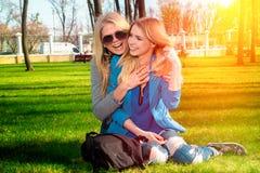 Deux filles ayant l'amusement dans le parc Image libre de droits
