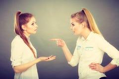 Deux filles ayant l'argument, conflit interpersonnel image stock