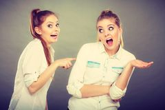 Deux filles ayant l'argument, conflit interpersonnel photos libres de droits