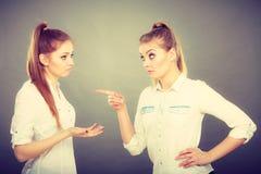 Deux filles ayant l'argument, conflit interpersonnel images stock