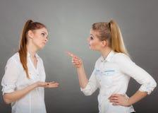 Deux filles ayant l'argument, conflit interpersonnel photo stock