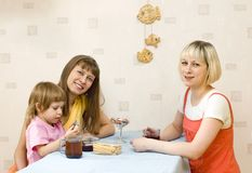 Deux filles ayant le thé Photos stock