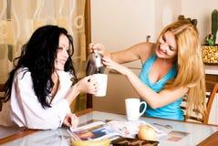 Deux filles ayant le thé et le bavardage Photos stock