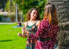 Deux filles ayant un argument photo libre de droits