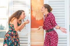 Deux filles ayant un argument images stock