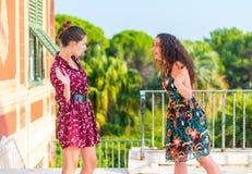 Deux filles ayant un argument image stock