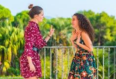 Deux filles ayant un argument photos libres de droits