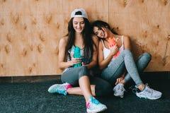 Deux filles ayant une coupure au gymnase Photo libre de droits