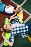 Deux filles blondes assez de sourire portant les chemises à carreaux, les chapeaux et les caleçons de denim se trouvent sur les l photo stock