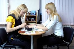 Deux filles blondes attirantes Images libres de droits