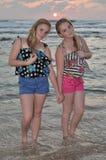 Deux filles blondes sur la plage au coucher du soleil Image libre de droits