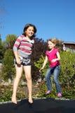 Deux filles branchant sur le tremplin Photo libre de droits