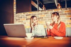 Deux filles buvant du café Photo stock