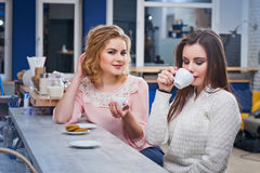 Deux filles buvant du café dans un café Photos libres de droits