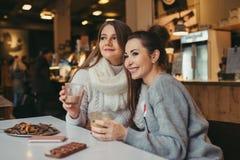 Deux filles buvant du café en café Image libre de droits