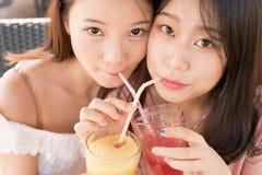 Deux filles buvant du jus Image libre de droits