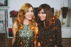 Deux filles célébrant le ` s Ève de Noël ou de nouvelle année à la maison Image stock
