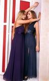 Deux filles chaudes dans des robes de soirée dans la chambre de vintage Image libre de droits