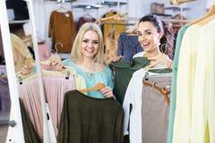 Deux filles choisissant des vêtements Photographie stock libre de droits