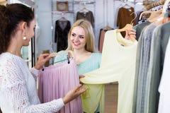 Deux filles choisissant des vêtements Photos libres de droits
