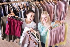 Deux filles choisissant des vêtements Image libre de droits
