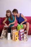 Deux filles considèrent et se montrent des achats Photo libre de droits