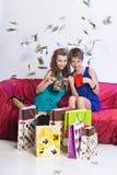 Deux filles considèrent et se montrent des achats Images libres de droits