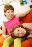 Deux filles détendant à la maison Image libre de droits
