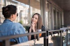 Deux filles détendant en dehors d'un café Photo libre de droits