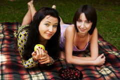 Deux filles détendant en stationnement Image libre de droits