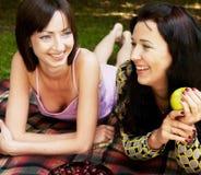 Deux filles détendant en stationnement Photographie stock libre de droits