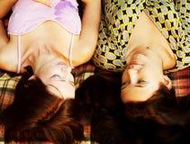 Deux filles détendant en stationnement Images libres de droits